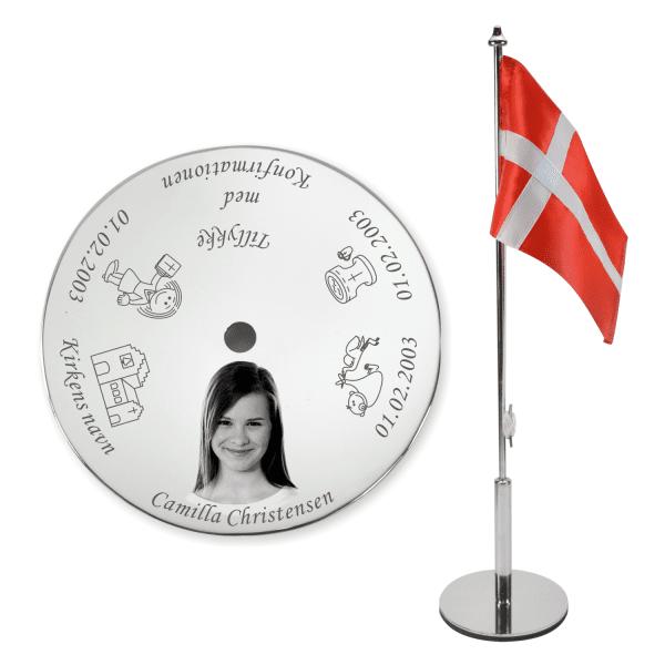 Konfirmationsflag med graveret billede af konfirmanden - Et originalt Memozz Bordflag