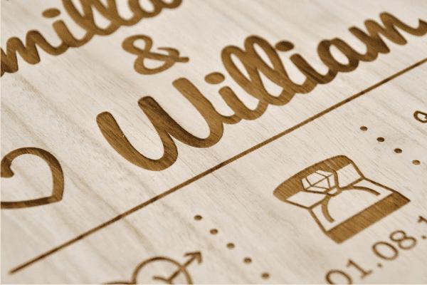 Memozz Bryllupstavle - Closeup af graveret trætavle til brudeparret - Gravering i træ med navn og dato
