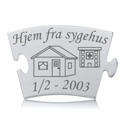 Hjem fra sygehus - Memozz Classic Mindebrik. Graveret brik med hus og sygehus i baggrunden
