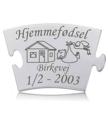 Hjemmefødsel - Mindebrik til Memozz Classic. Graveret med hus, stork med baby og vejens navn.