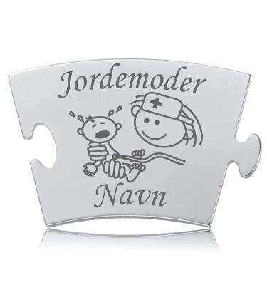 Jordemoder - Memozz Classic Mindebrik. Graveret brik med jordemor som holder den nyfødte
