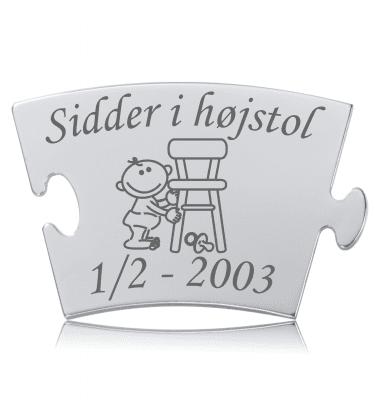 Sidder i højstol - Memozz Classic Mindebrik